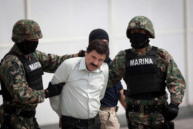 """Διαφάνεια 3 από 21: Mexican Navy soldiers escort Joaquin Guzman Loera (C), alias """"El Chapo Guzman"""", leader of the Sinaloa Cartel, during his show up in front of the press, at the Mexican Navy hangar in Mexico City, capital of Mexico, on Feb. 22, 2014."""