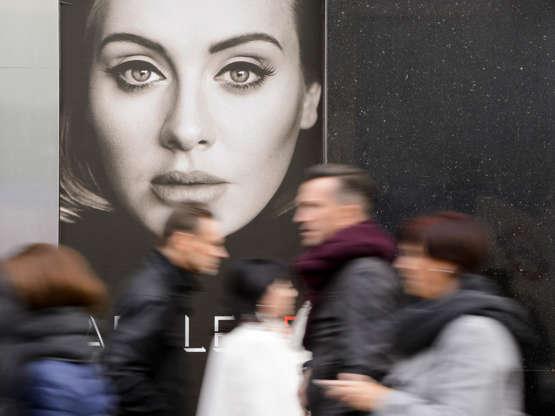 Diapositiva 2 de 23: Adele '25' album launch, London, Britain - 20 Nov 2015 A poster for Adele's latest album '25' in a shop window