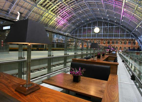 Διαφάνεια 2 από 20: The Champagne bar in St Pancras Station