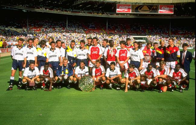 Διαφάνεια 11 από 20: Aug 1991: The Tottenham Hotspur (left) and Arsenal (right) teams share the FA Charity Shield after the match at Wembley Stadium in London.The match ended in a draw 0-0