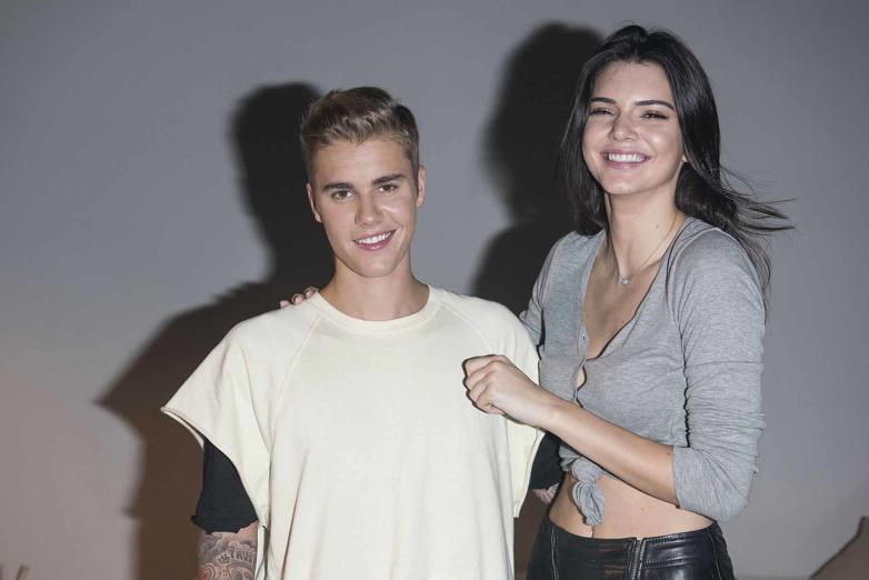 Diapositiva 1 de 13: A Justin Bieber no le importa si sus novias son famosas, amigas entre ellas o más grandes que él, siempre y cuando sean hermosas. Aquí te las presentamos.