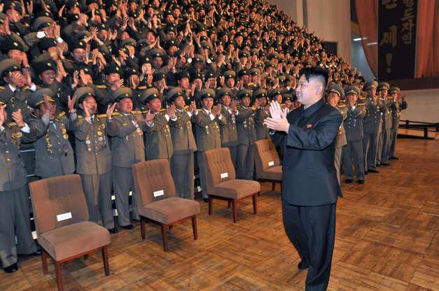 Слайд 1 из 33: Эта недатированная картина, выпущенная официальным корейским центральным информационным агентством Северной Кореи 27 ноября 2012 года, показывает северокорейского лидера Ким Чен Юна (R) во время фотосессии с участием участников национальной встречи начальников филиалов социального обеспечения в нераскрытом месте в Северной Корее. AFP PHOTO / KCNA через KNS --- ПРИМЕЧАНИЕ ДЛЯ РЕДАКТОРОВ --- ОГРАНИЧЕНЫ ДЛЯ РЕДАКЦИОННОГО ИСПОЛЬЗОВАНИЯ - ОБЯЗАТЕЛЬНЫЙ КРЕДИТ «AFP PHOTO / KCNA VIA KNS» - НЕТ МАРКЕТИНГ НЕТ РЕКЛАМНЫХ КАМПАНИЙ - РАСПРОСТРАНЕНЫ КАК УСЛУГИ КЛИЕНТАМ (Фото-кредит должен быть прочитан KCNA VIA KNS / AFP / Getty Images)