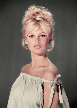 Διαφάνεια 24 από 45: circa 1960:  Studio portrait of actor and model Brigitte Bardot wearing a light blue off-the-shoulder dress.  (Photo by Hulton Archive/Getty Images)