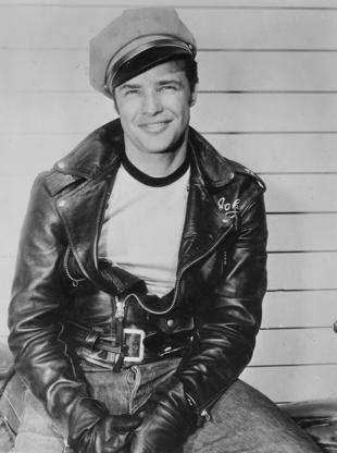 Διαφάνεια 16 από 45: Actor Marlon Brando wearing a leather jacket, jeans, and a conductor hat, 1954. (Photo by Smith Collection/Gado/Getty Images)