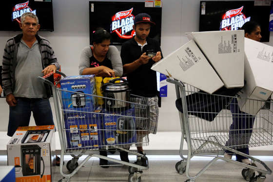 Shoppers purchase retail items on Black Friday at a store in Sao Paulo, Brazil, November 24, 2016. REUTERS/Nacho
