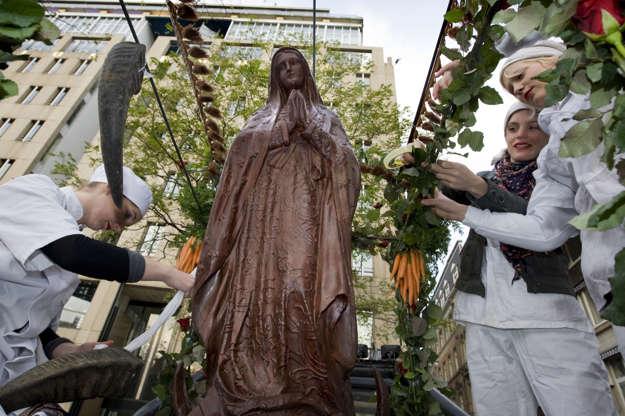 Διαφάνεια 2 από 11: A chocolate statue of the holy Mary of Guadelupe is carried by six women through the streets of Amsterdam, on November 6, 2009. The statue will be exhibited at the chocolate festival 'ChocA' due to start on November 7, 2009. AFP PHOTO  ANP MARCEL ANTONIS
