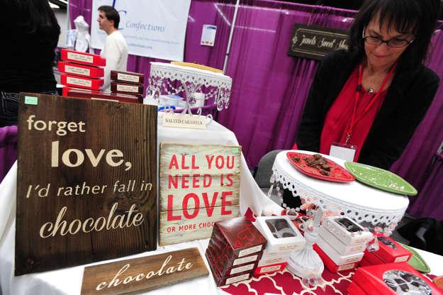 Διαφάνεια 6 από 11: ChocolateFest 2014 at the Oregon Convention Center, Portland, America - 24 Jan 2014 'Forget Love I'd rather Fall in Chocolate' sign
