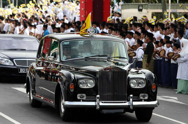 الشريحة 4 من 21: Sultan of Brunei's 62nd Birthday Celebrations, Bandar Seri Begawan, Brunei - 15 Jul 2008 Royal Rolls Royce