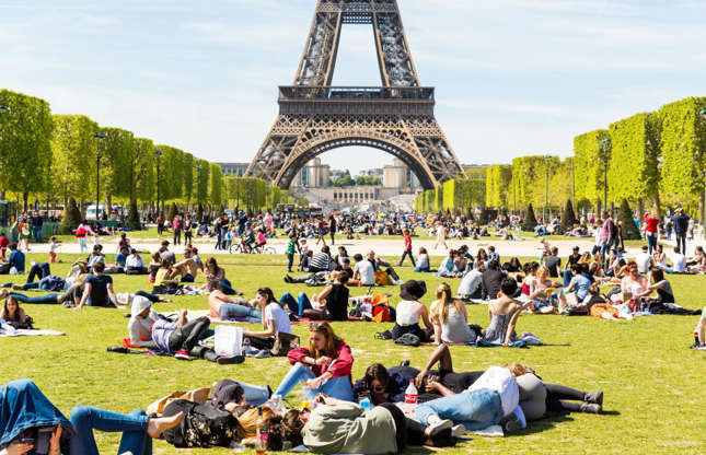 Διαφάνεια 17 από 37: It might quickly lose its appeal when you settle down on the grass among the hundreds of other picnic-goers in the Champ de Mars. Seven million people visit the Eiffel Tower every year so finding somewhere secluded enough for romance might prove rather tricky.