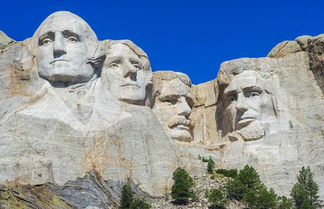 Διαφάνεια 22 από 37: The legendary sculpture carved into the granite face of the Mount Rushmore depicts four of the most famous former US Presidents: George Washington, Thomas Jefferson, Theodore Roosevelt and Abraham Lincoln. But they're actually not all that easy to see...