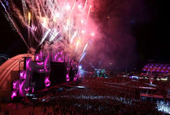 Slide 1 de 19: CAPTION: Fireworks are seen during the Rock in Rio Music Festival in Rio de Janeiro, Brazil September 17, 2017. REUTERS/Pilar Olivares