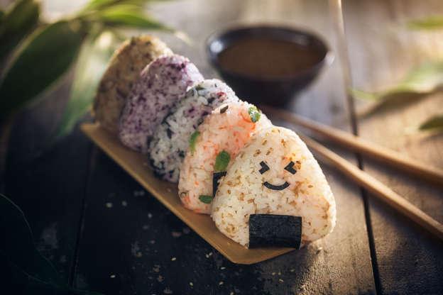 21 枚のスライドの 19 枚目: Onigiris, japanese food