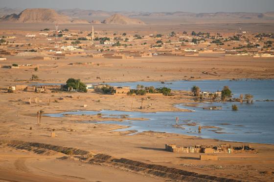 Diapositive 19 sur 28: Bem na fronteira do Egito, esta pequena cidade já chegou a registrar 52,7ºC. Além disso a população precisa lidar com as violentas tempestades de areia.