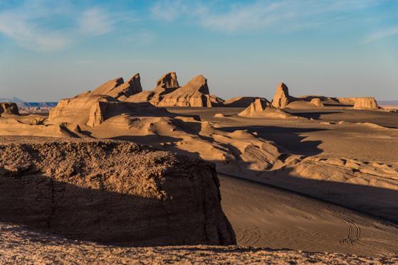 Diapositive 24 sur 28: O grande deserto de sal é um dos lugares mais quentes e áridos do planeta. Em 2005, a NASA registrou temperaturas médias de 70°C na superfície do lugar, sendo a maior temperatura registrada no planeta.