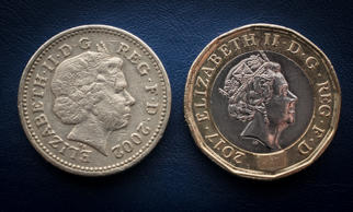 Illustration of an old £1 coin (L) besides a new £1 coin (R)
