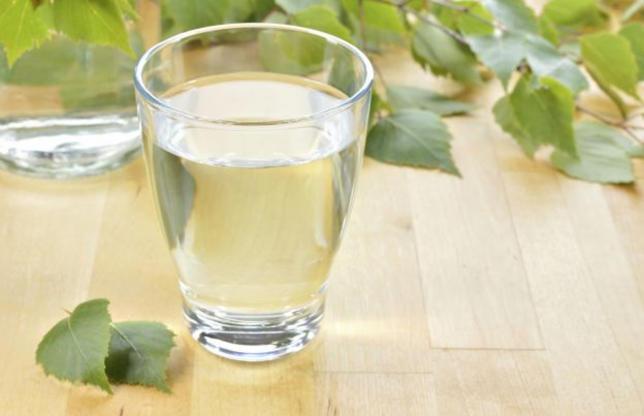 Diapositiva 1 de 50: Idealmente, debes beber unos 2 litros de agua al día, no solo por cuestiones de hidratación sino para limpiar y desintoxicar tu organismo. Eso sí, aléjate del agua con gas ya que provoca hinchazón.