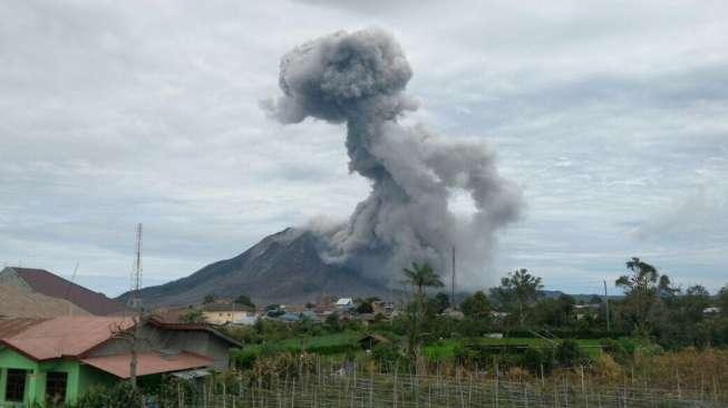 Gunung Sinabung Meletus, Lava dan Awan Panas Meluncur