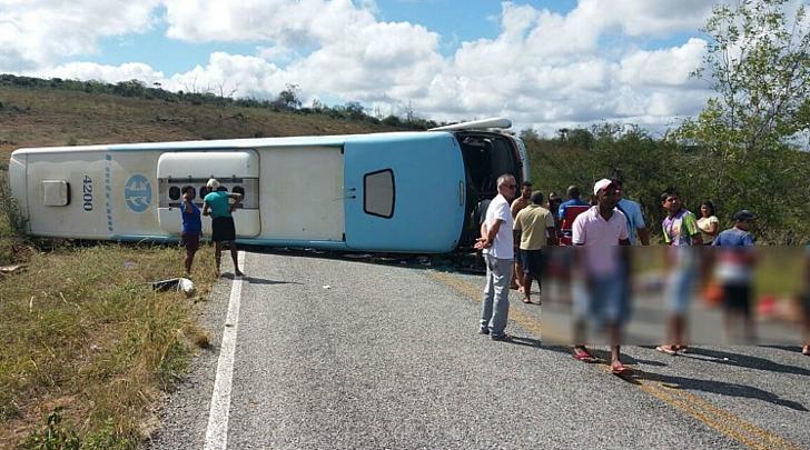 Ônibus que levava crianças para parque aquático, na Bahia, tomba e deixa pelo menos 5 mortos