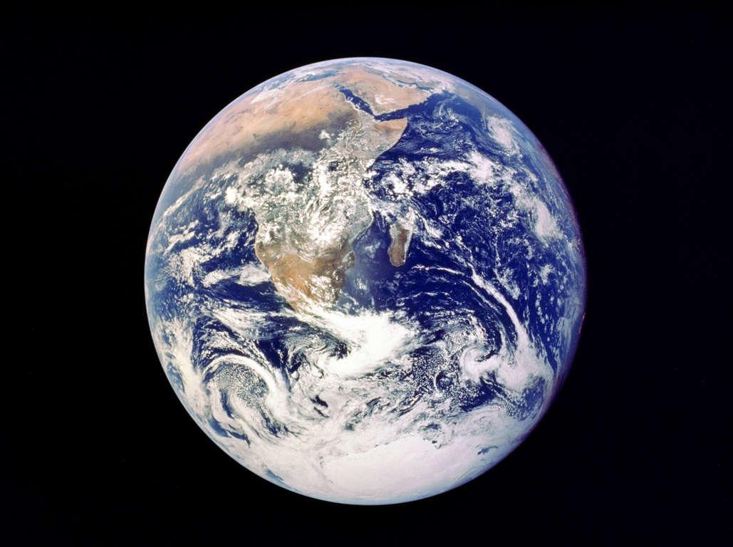 15 枚のスライドの 1 枚目: UNSPECIFIED - CIRCA 1754: Whole Earth from space - view from Apollo 17 December 1972. First photograph of south polar ice cap. Most of Africa visible also Arabian Peninsular and Madagascar (Malagasy). NASA photograph.