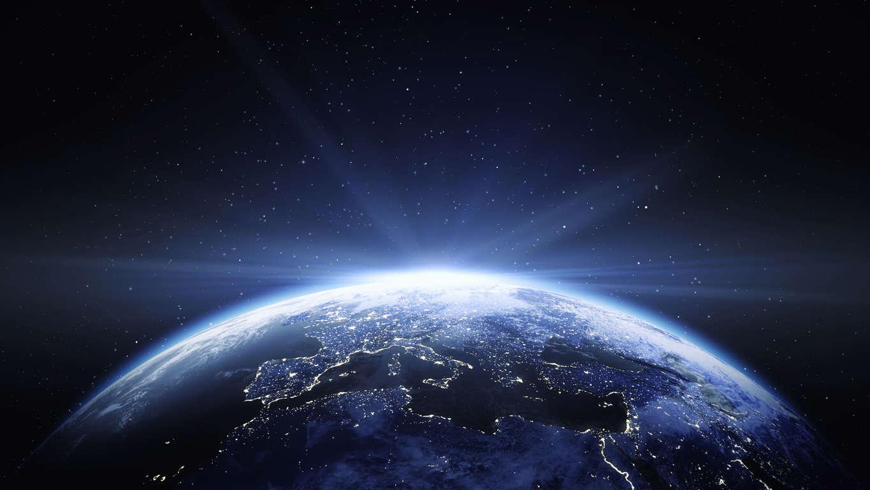 15 枚のスライドの 2 枚目: Earth View From Space To Europe