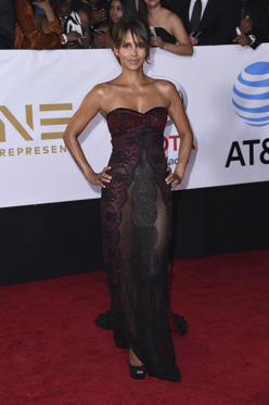 Slide 32 de 61: Halle Berry arrives at the 49th annual NAACP Image Awards at the Pasadena Civic Auditorium on Monday, Jan. 15, 2018, in Pasadena, Calif. (Photo by Richard Shotwell/Invision/AP)