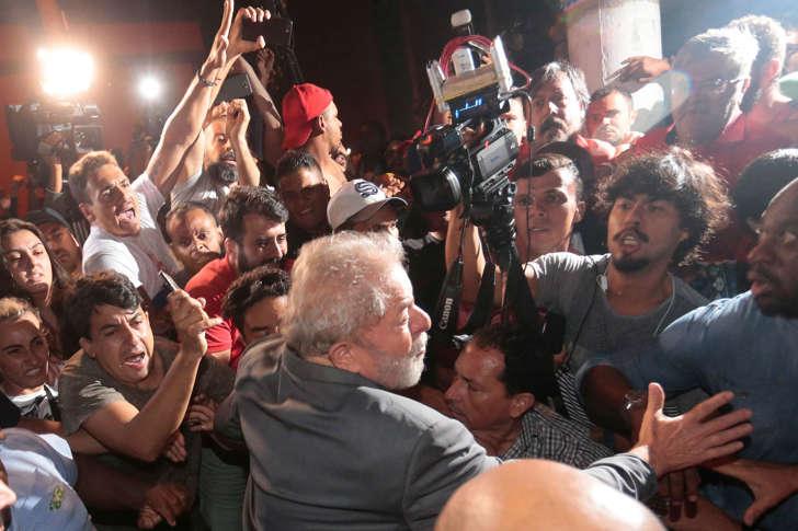 Lula deixa sindicato a pé para se entregar à PF