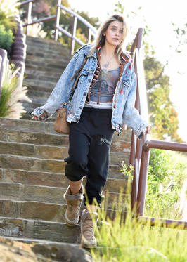 Slide 7 de 49: CAPTION: LOS ANGELES, CA - MARCH 19: Paris Jackson is seen leaving the Mulholland Drive overlook above the Hollywood Bowl on March 19, 2018 in Los Angeles, California. (Photo by PG/Bauer-Griffin/GC Images)