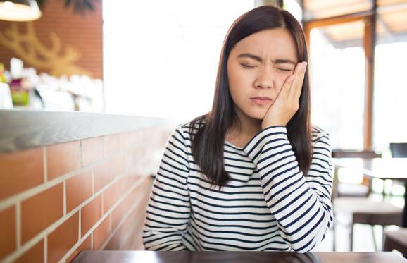 Slide 3 de 6: Os sintomas mais comuns das cáries são dores nos dentes, hipersensibilidade após a ingestão de alimentos muito quentes ou frios, escurecimento dos dentes, dor ao morder e mau hálito. Todavia, quando em fase inicial, as cáries podem não apresentar sintomas, por isso é bom prestar atenção em qualquer tipo de desconforto bucal. Os sintomas mais fortes tendem a aparecer quando a doença já está em fase avançada.