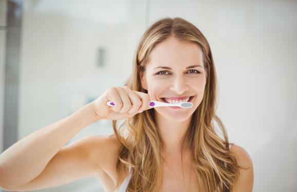 Slide 6 de 6: Para evitar a proliferação de cáries é simples: uma boa higienização bucal. Escove os dentes sempre após as refeições com uma escova macia e com cremes dentais com flúor. Utilize o fio dental, principalmente antes de dormir. Evite o consumo de alimentos açucarados e beba muita água para estimular a produção de saliva. A saliva também age na proteção dos dentes quando algo não vai bem na nossa saúde bucal. E não se esqueça de consultar o dentista de 6 em 6 meses para uma revisão e para manter uma boa saúde oral.