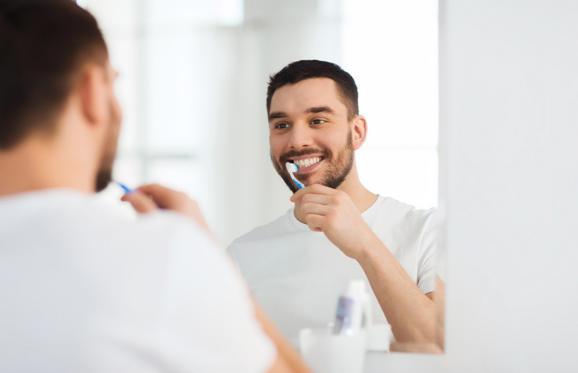 """Slide 2 de 6: Algumas pessoas acabam sendo mais propensas ao desenvolvimento de cáries. Conforme a dentista Christina Coutinho (CRO-RJ 14891) isso ocorre devido a falta de higienização bucal. """"As cáries estão relacionadas à deficiência de higiene bucal associada à exposição frequente de uma dieta rica em sacarose"""", explica. Entretanto, não é preciso abrir mão dos doces, mas sim escovar os dentes sempre após a ingestão."""