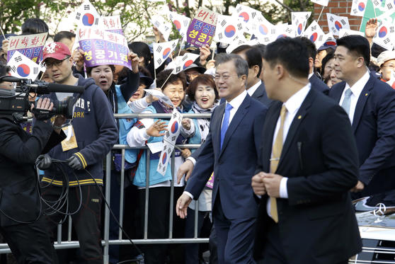 Slide 4 de 30: South Korean President Moon Jae-in, third from right, is greeted by supporters as he leaves to meet with North Korean leader Kim Jong Un near presidential Blue House in Seoul, South Korea, Friday, April 27, 2018. The two leaders are scheduled to hold much-anticipated face-to-face talks on the South Korean side of the Demilitarized Zone in Panmunjom, Friday. ((AP Photo/Ahn Young-joon)