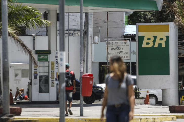 Petrobras Fuel Station in Recife, northeastern Brazil on 12 November 2016.  Executives of Brazilian state oil company Petrobras and Bolivian counterpart YPFB signed this week a contract for a US$1.2 billion natural-gas exploration venture in southern Bolivia. (Photo by Diego Herculano/NurPhoto via Getty Images)