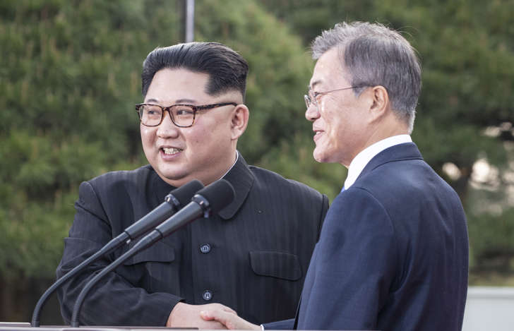 North Korean leader Kim Jong Un, left, and South Korean President Moon Jae-in shakes hands after their joint announcement at the border village of Panmunjom in the Demilitarized Zone, South Korea, Friday, April 27, 2018. (Korea Summit Press Pool via AP)