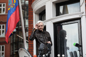 LONDON, ENGLAND - MAY 19:  Julian Assange gestures as he speaks to the media from the balcony of the Embassy Of Ecuador on May 19, 2017 in London, England.  Julian Assange, founder of the Wikileaks website that published US Government secrets, has been wanted in Sweden on charges of rape since 2012.  He sought asylum in the Ecuadorian Embassy in London and today police have said he will still face arrest if he leaves.  (Photo by Jack Taylor/Getty Images)
