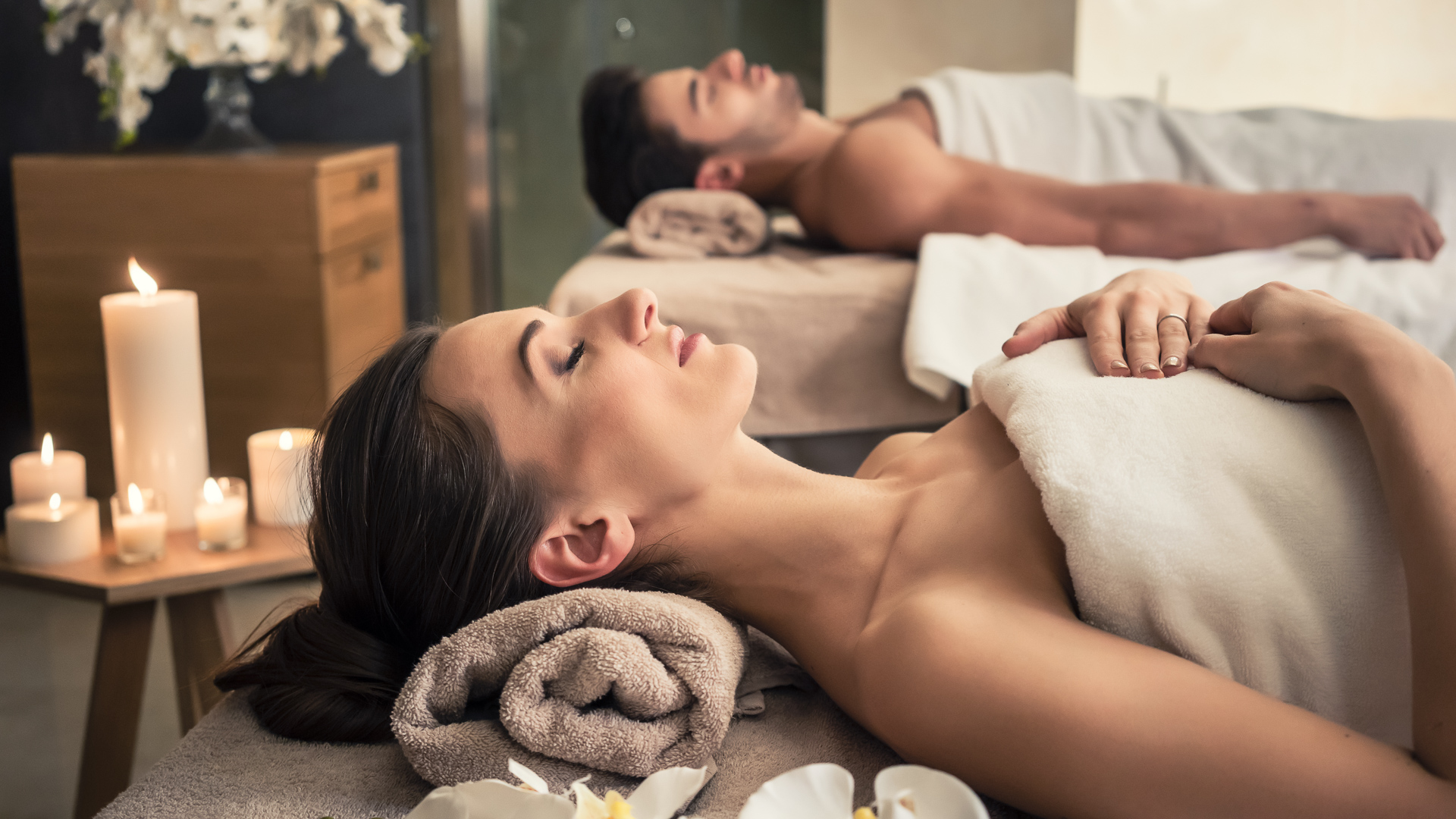 From in-room massages to multi-course meals made by gourmet chefs, the world's most expensive hotels offer plenty of luxury amenities for travelers to enjoy. However, you don't have to be a member of the upper crust to score some free perks on your next hotel stay.Even budget-friendly hotel chains provide some nifty freebies to lure guests. Forget about free soap and Wi-Fi; these days, visitors can score fresh-baked cookies, designer bath salts and even yoga mats to use during their stays.Before embarking on your next business trip or vacation, call your hotel to see if you qualify for these freebies designed to make your stay that much more enjoyable.
