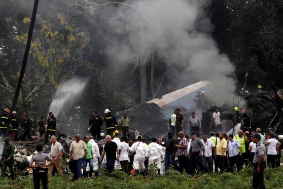 Slide 1 de 7: Um Boeing 737 da Empresa Cubana de Aviación caiu com 113 pessoas a bordo na tarde desta sexta-feira (18) no Aeroporto de Havana, em Cuba.