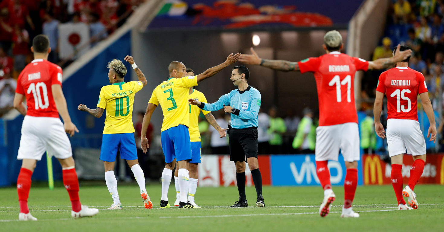 Slide 10 de 29: Soccer Football - World Cup - Group E - Brazil vs Switzerland - Rostov Arena, Rostov-on-Don, Russia - June 17, 2018   Brazil's Neymar and Miranda remonstrate with referee Cesar Arturo Ramos after Switzerland's Steven Zuber scores their first goal    REUTERS/Darren Staples