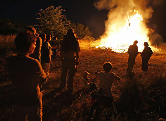 Διαφάνεια 12 από 12: TO GO WITH AFP STORY BY ALEKS TAPINSH (FILES) A file photo taken on June 23, 2008 shows Latvians gathering around a midsummer's night fires in Tuja. They may be suffering from one of the world's worst recessions, but it appears economic doom and gloom will not keep Latvians from having fun at a midsummer's night festival dating from pagan times. Deeply rooted in pagan customs handed from generation to generation, Latvia's 'Jani' festival is held on June 23 and is based on the June 21 summer solstice marking northern Europe's longest day of the year, when Latvia enjoys almost 18 hours of daylight. AFP PHOTO / ILMARS ZNOTINS (Photo credit should read ILMARS ZNOTINS/AFP/Getty Images)