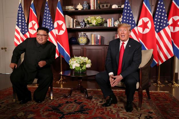 Diapositiva 5 de 31: El presidente de los Estados Unidos, Donald Trump, sentado junto al líder de Corea del Norte Kim Jong-un en el hotel Capella en la isla Sentosa en Singapur.