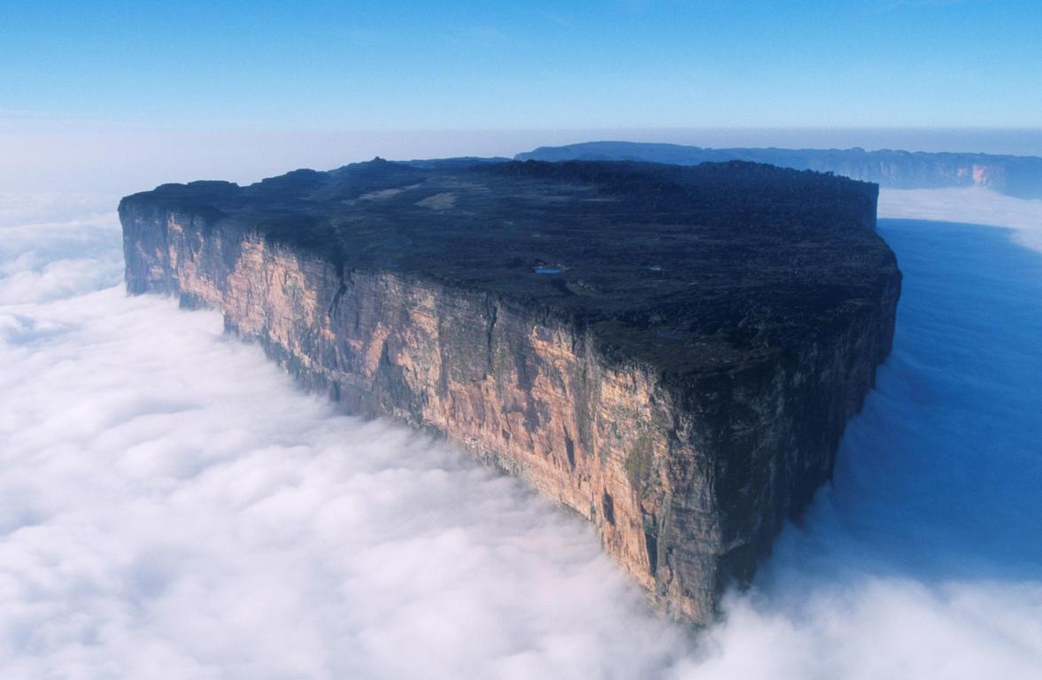 Diapositiva 4 de 51: El monte Roraima es el punto más alto de la cadena de mesetas tepuyes de la Sierra de Pacaraima. Se encuentra en el sureste del Parque Nacional Canaima, en Venezuela.