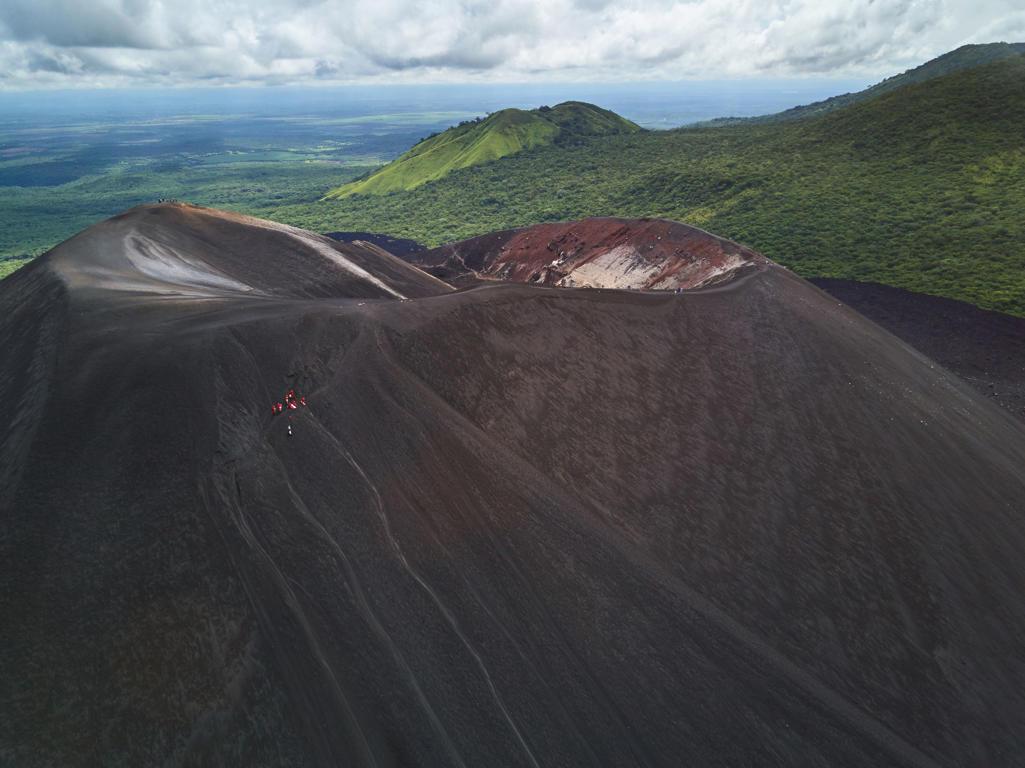 Diapositiva 51 de 51: El volcán Cerro Negro, en Nicaragua, ofrece la posibilidad de subir hasta su cráter, a pesar de estar activo.