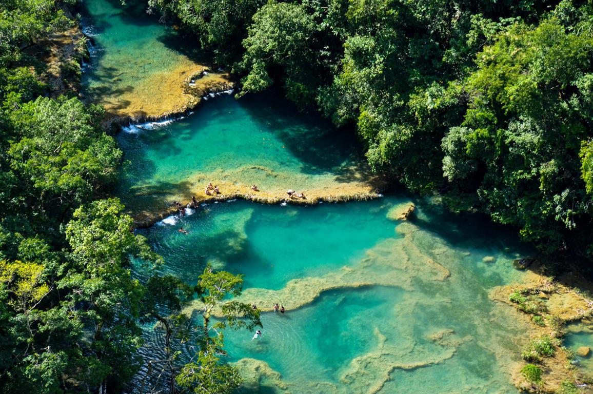 Diapositiva 3 de 51: las piscinas color turquesa de Semuc Champey en las profundidades de la jungla de Guatemala.