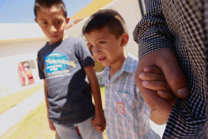 Salvadoran migrant Epigmenio Centeno and his sons, nine-year old Axel Jaret (L) and three-year old Steven Atonay, pose for a photograph outside the shelter House of the Migrant, after Epigmenio decided to stay with his children in Mexico due to U.S. President Donald Trump's child separation policy, in Ciudad Juarez, Mexico June 19, 2018.  REUTERS/Jose Luis Gonzalez