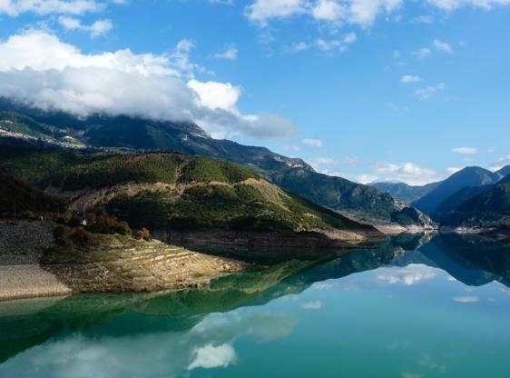 Διαφάνεια 26 από 35: Evinos Lake with sky reflection, Greece