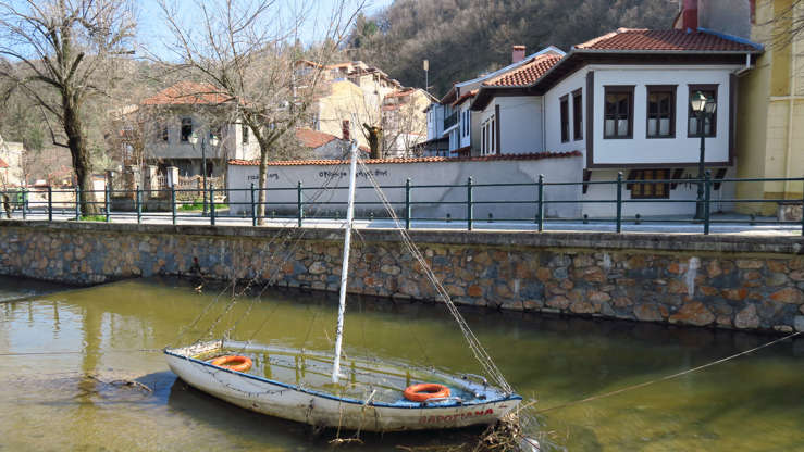 Διαφάνεια 31 από 35: On the riverside of Sakoulevas can still be found well preserved traditional houses built in a Balkan style.