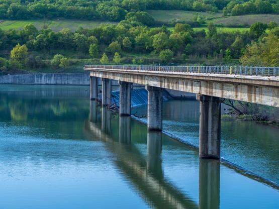 Διαφάνεια 4 από 35: Aerial shot of the bridge of Ardas river dam