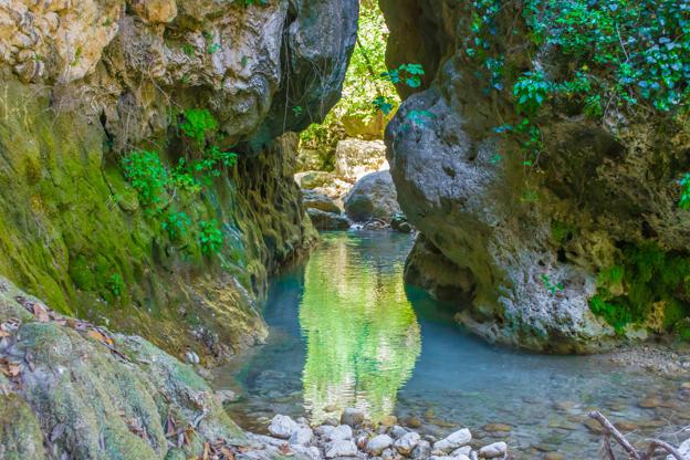 Διαφάνεια 27 από 35: View of a stream reflecting the scenery around of rocks with moss