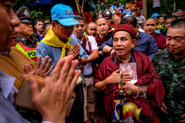 Slide 18 de 114: Famous Buddhist monk Kruba Boonchum of Shan State in Myanmar arrives to perform religious rituals in order to help finding the missing children and their coach at Khun Nam Nang Non Forest Park where a a soccer team has gone missing on June 30, 2018 in Chiang Rai, Thailand. Rescuers in northern Thailand looked for alternative ways into a flooded cave as they continued the search for 12 boys and their soccer coach who have been missing in Tham Luang Nang Non cave since Saturday night after monsoon rains blocked the main entrance. U.S. Forces and British divers joined the search as they worked their way through submerged passageways in the sprawling underground caverns as the search intensifies for the young soccer team, aged between 11 to 16, and their their 25-year-old coach.  (Photo by Linh Pham/Getty Images)