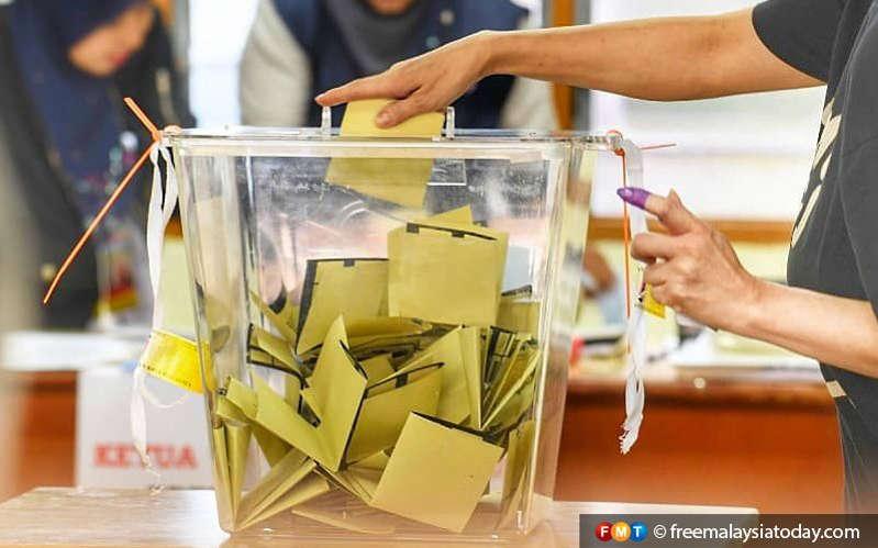 a person on the machine: Usul yang akan dibawa ke mesyuarat itu menyatakan hanya wakil rakyat yang dipecat partinya sahaja boleh mengekalkan statusnya sebagai wakil rakyat.
