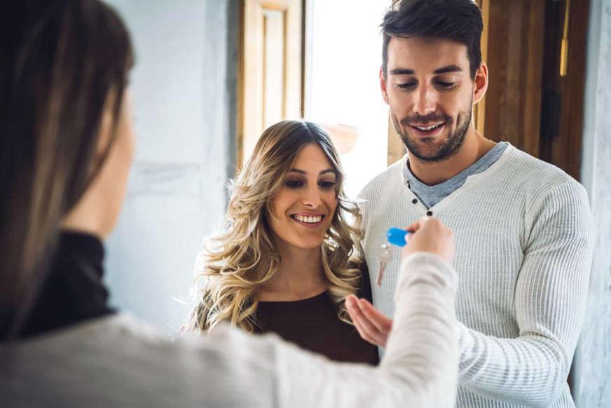 Diapositiva 6 de 45: Alquilando tu casa, tu apartamento o una habitación, con la ayuda de plataformas como AirBnb o Booking, puedes ganar un dinero extra.